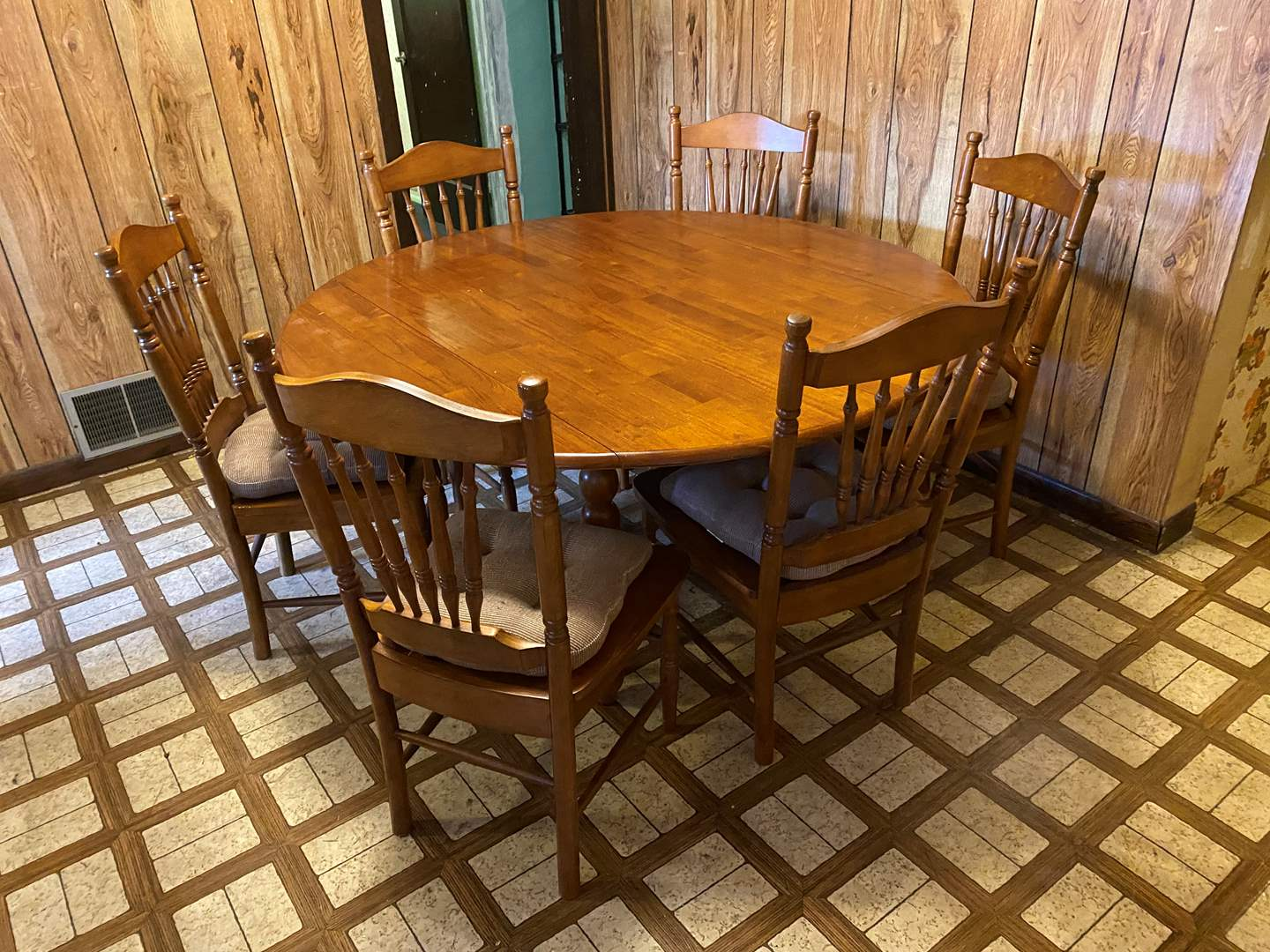 Lot # 99 - Vintage Maple Drop Leaf Table w/ 6 Chairs (main image)