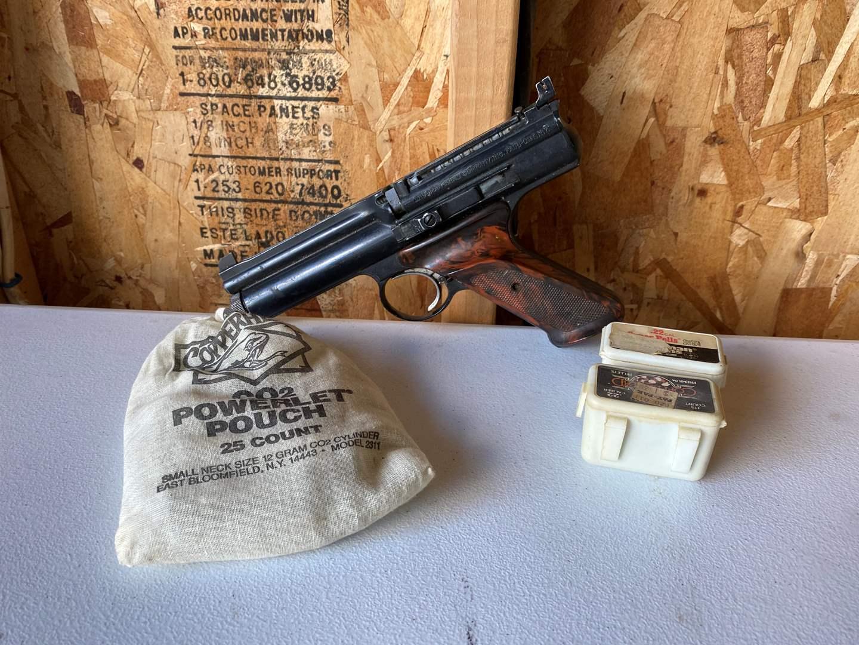 Lot # 179 - Crossman 600 Co2 Semi-Automatic Pellet Gun w/Co2 Cartridges & Pellets (main image)