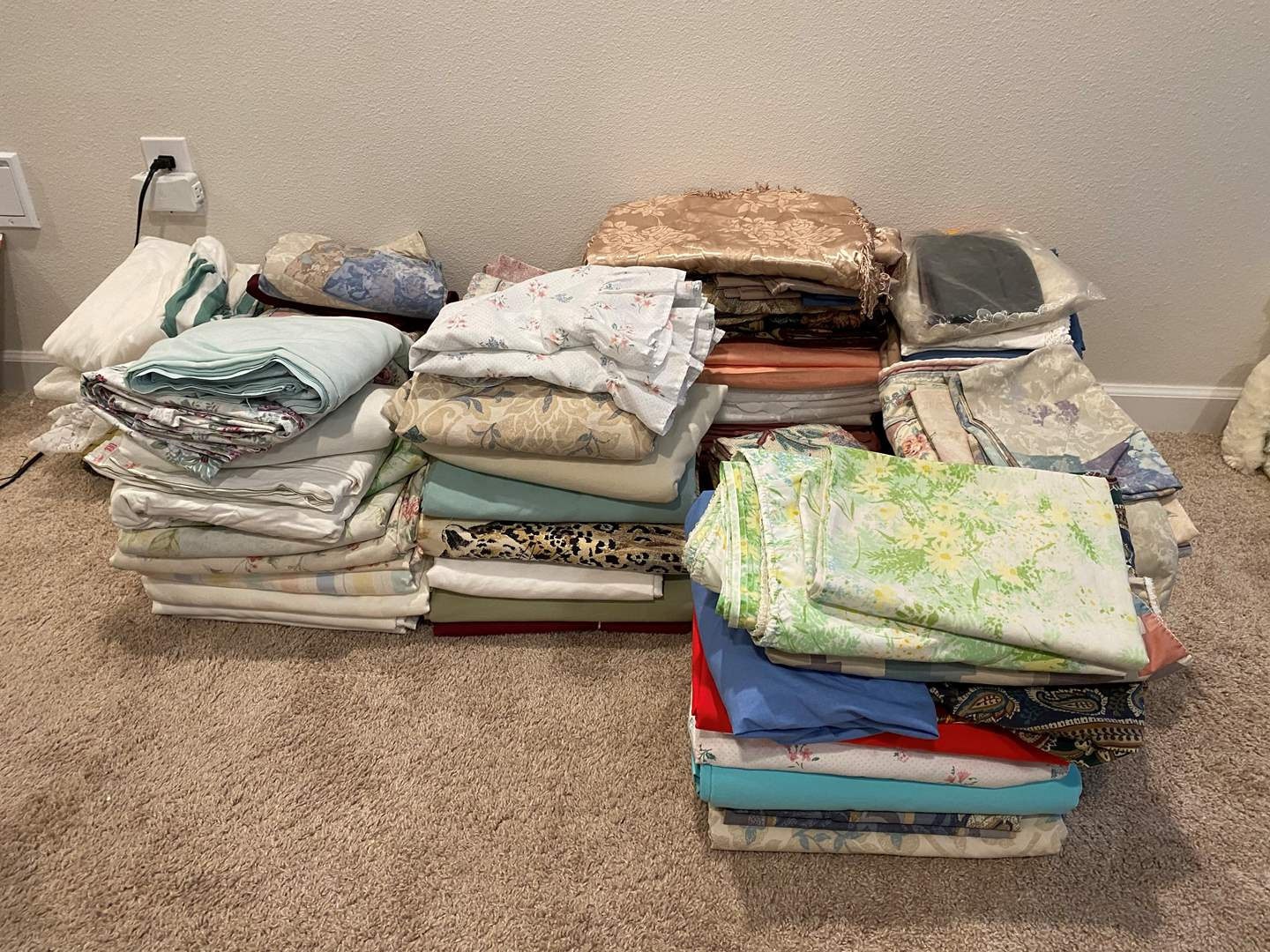 Lot # 321 - Huge Selection of New & Used Sheets, Curtains, Pillow Cases & More.. (main image)