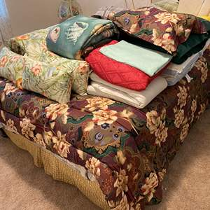 Lot # 322 - Large Selection of New & Used Bedding