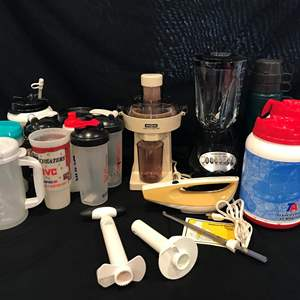 Lot # 205 - Waring Juice Extractor, Hamilton Beach Blender & Electric Knife, Blender Bottles & More..