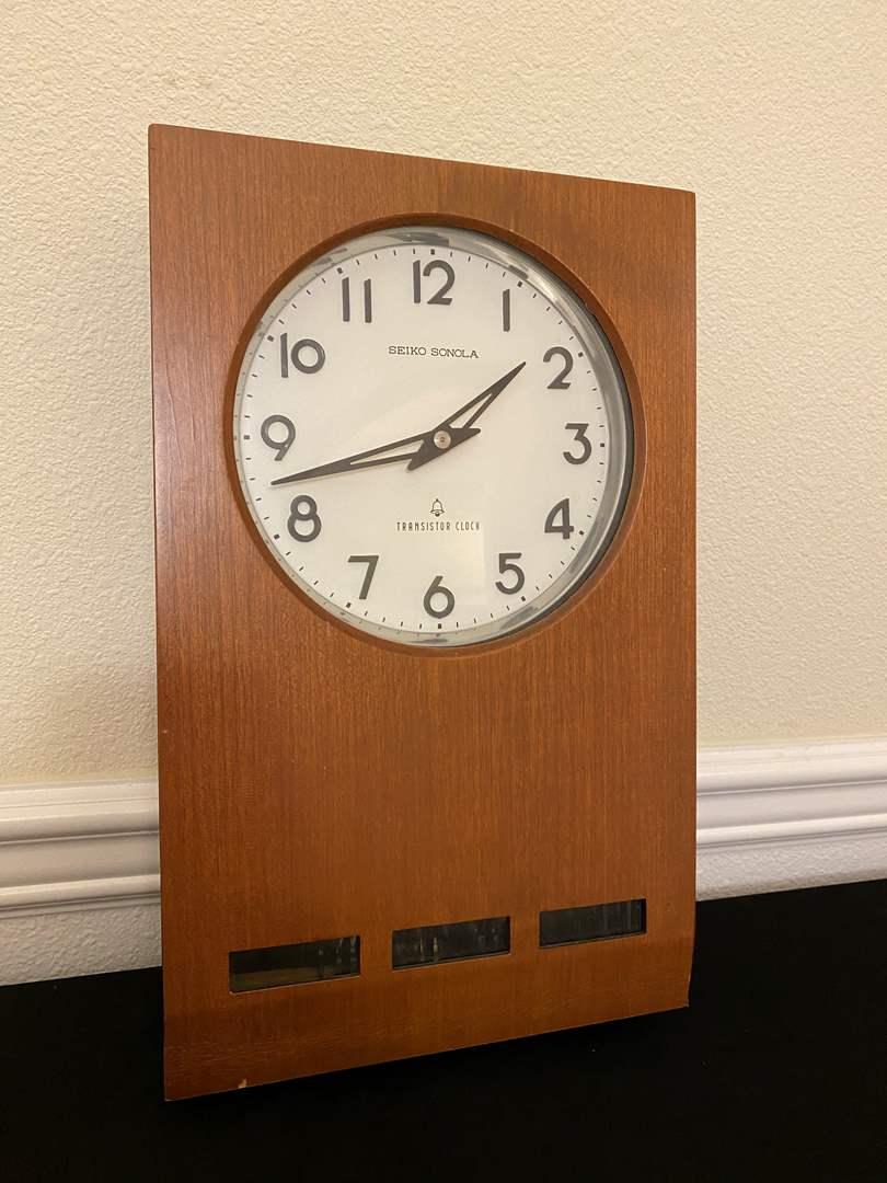 "Lot # 25 - Vintage ""Seiko Sonola"" Transistor Clock (main image)"