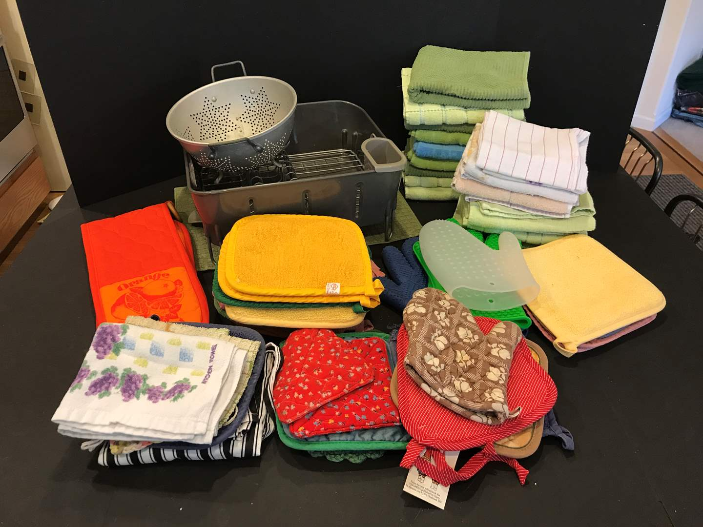 Lot # 98 - Large Selection of Dish Towels, Dish Drying Rack, Oven Mats & Strainer (main image)