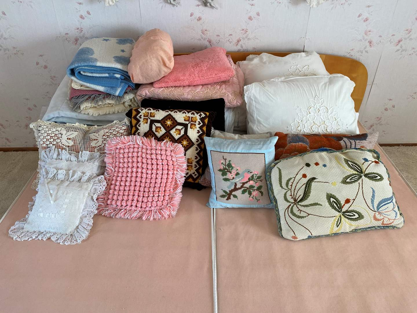 Lot # 7 - Bedding: Comforters, Throw Blankets & Throw Pillows (main image)