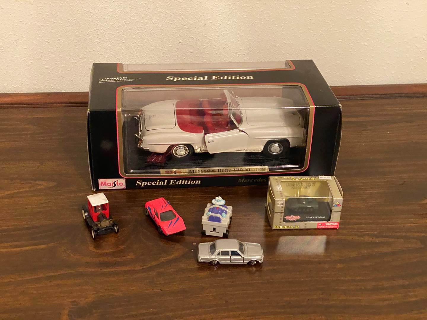 Lot # 219 - Diecast Maisto Special Edition 1955 Mercedes Benz 190SL w/Other Small Cars (main image)