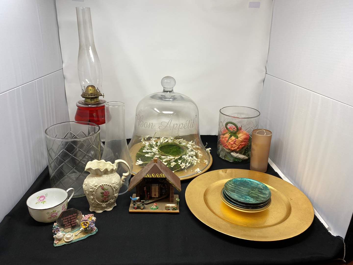 Lot # 29 - Small Selection of Home Decor & Oil Lamp (main image)