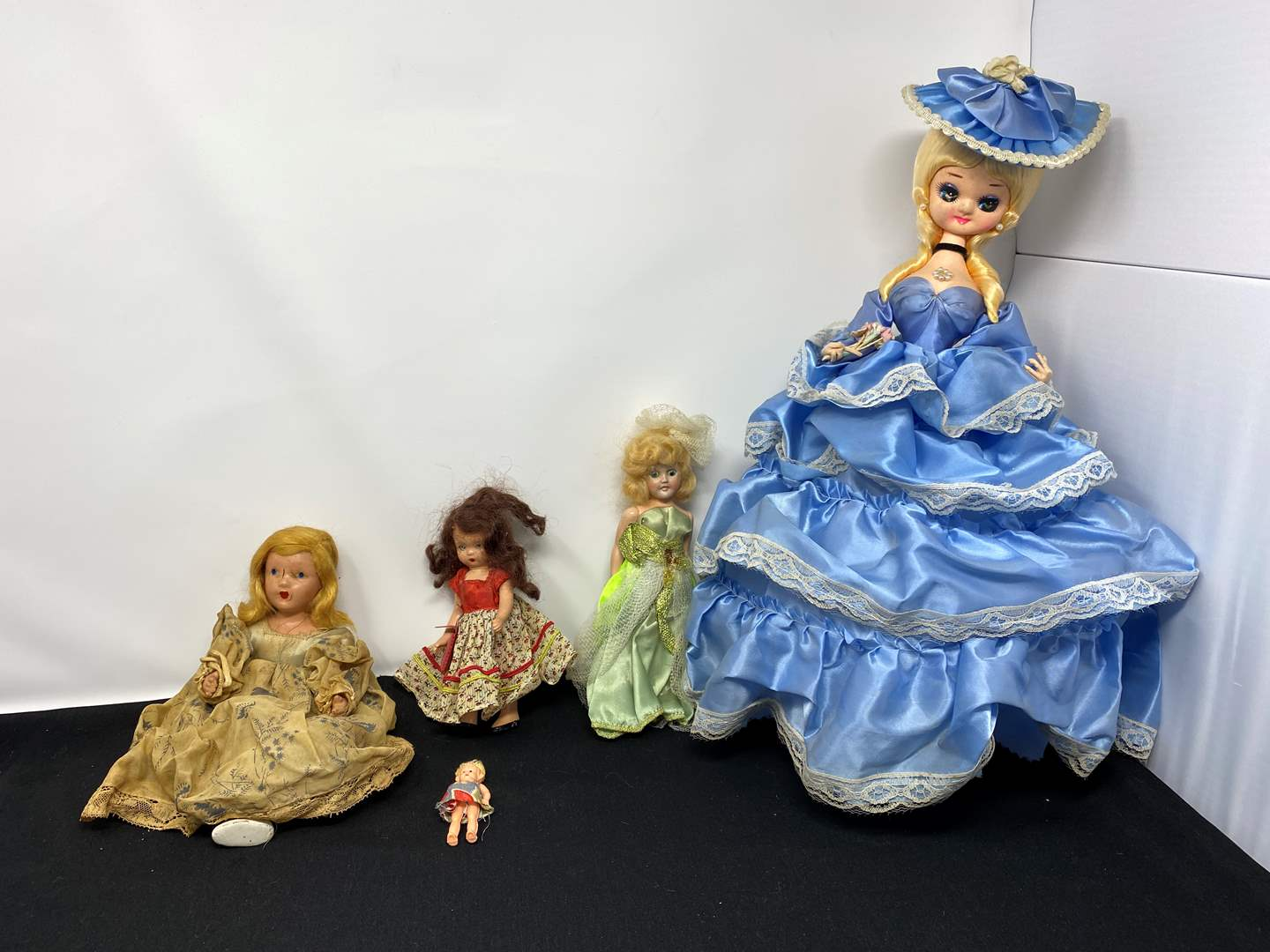 Lot # 41 - Small Selection of Vintage & Antique Dolls (main image)