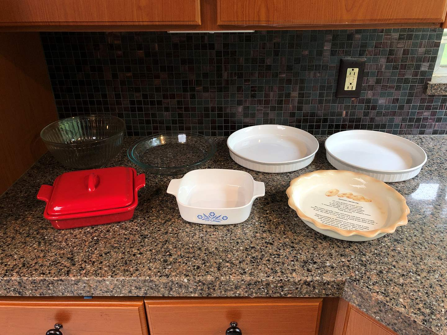 Lot # 65 - Misc. Selection of Corning Ware Baking Dishes, Pyrex Mixing Bowl, Pie Plate & More..  (main image)