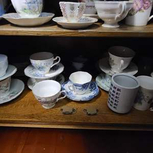 Lot # 278 Tea Cups & Saucers