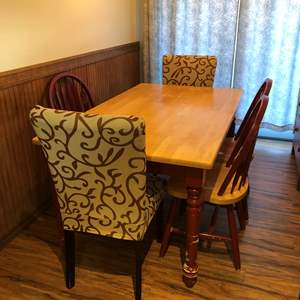 Lot # 95 - Dining Room Table & Chairs