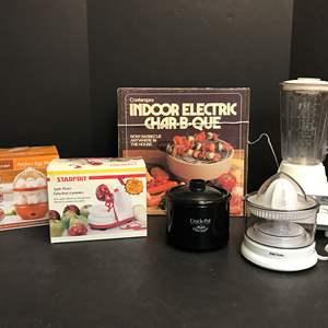 Lot # 62 - Hamilton Beach Blender, Little Dipper Crock Pot, Apple Peeler, Indoor Electric Char-B-Que