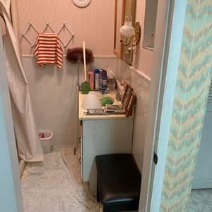 Lot # 235 - Contents of Bathroom