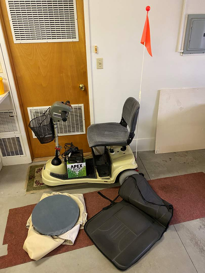 Lot # 250 - Invacare Lynx SX-3P Motorized Scooter w/ Extra New Battery & Charger - (Works Great) (main image)