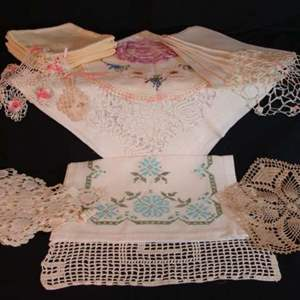 Lot # 115 - Lot of Nineteen (19) Table Runners, Doilies, and Napkins