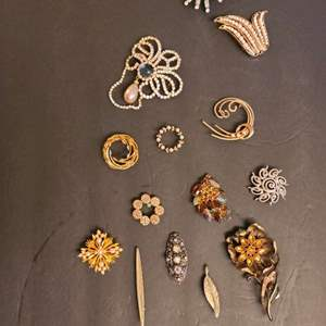 Lot # 225 Vintage Women's Brooches & Pins