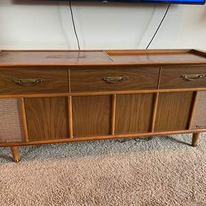 Lot # 14 - Vintage Mid-Century Magnavox Stereophonic High Fidelity Stereo Console - (Powers On)