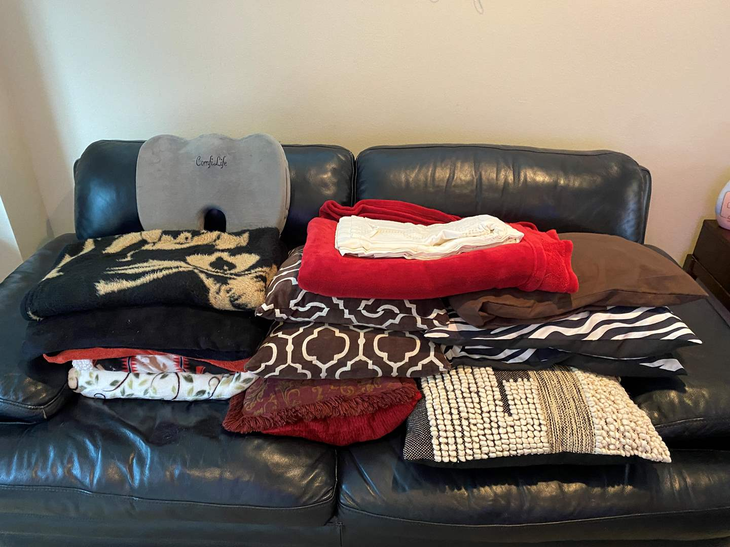 Lot # 32 - Blankets, Throw Blankets & Pillows (main image)
