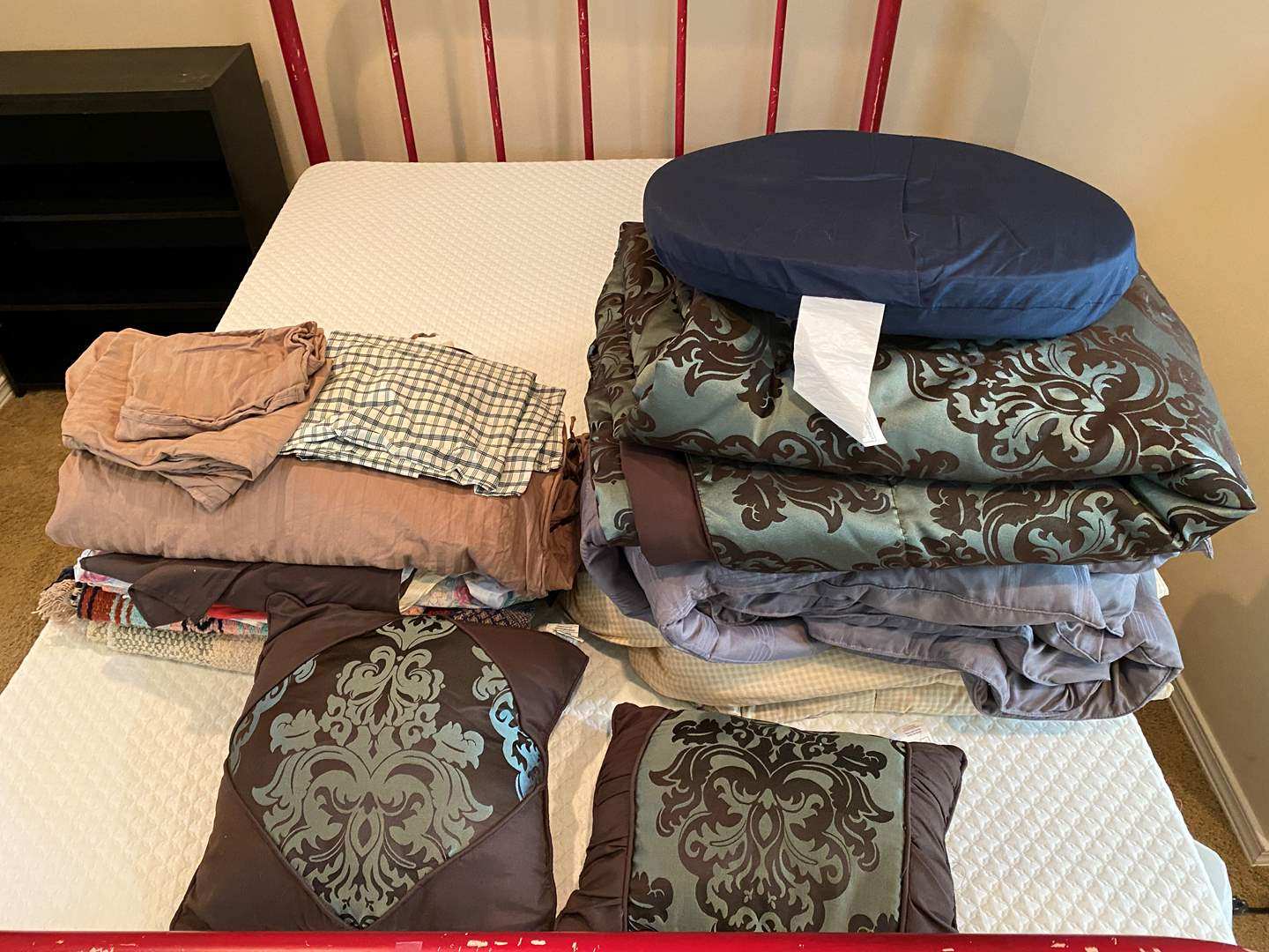 Lot # 115 - Full Size Bedding: Duvet Cover, Comforters, Pillow Cases, Throw Blankets, Bed Skirt, Sheets & More (main image)