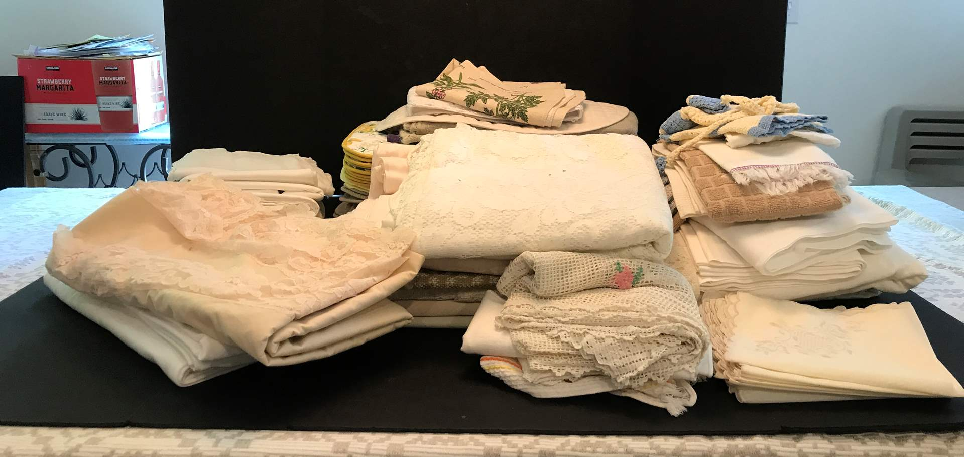 Lot # 87 - Lot Of Table Cloths & Placemats  (main image)