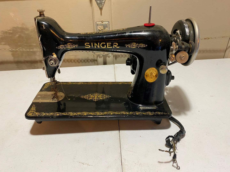 Lot # 209 - Antique Singer Sewing Machine - (Model - AA917568) (main image)