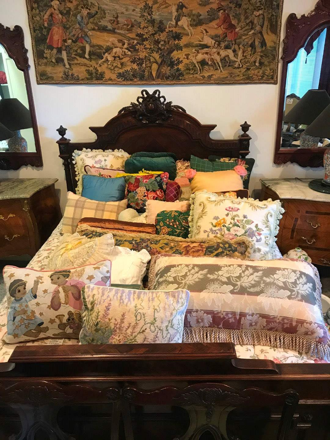 Lot # 281 - Nice Selection of Throw Pillows of Various Sizes & Colors (main image)