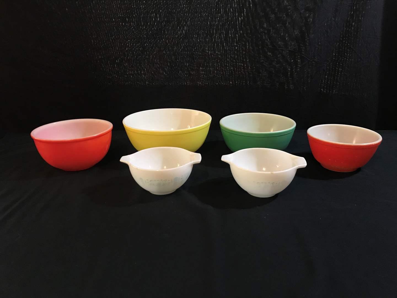 Lot # 84 - Pyrex Mixing Bowls of Various Sizes  (main image)