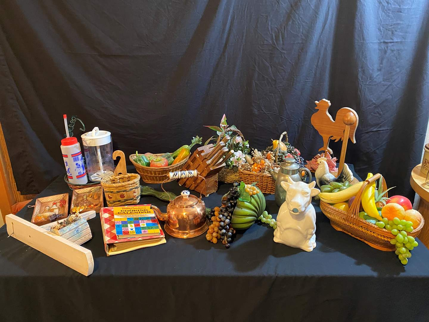 Lot # 166 - Misc. Selection of Kitchen Items & Decor (main image)