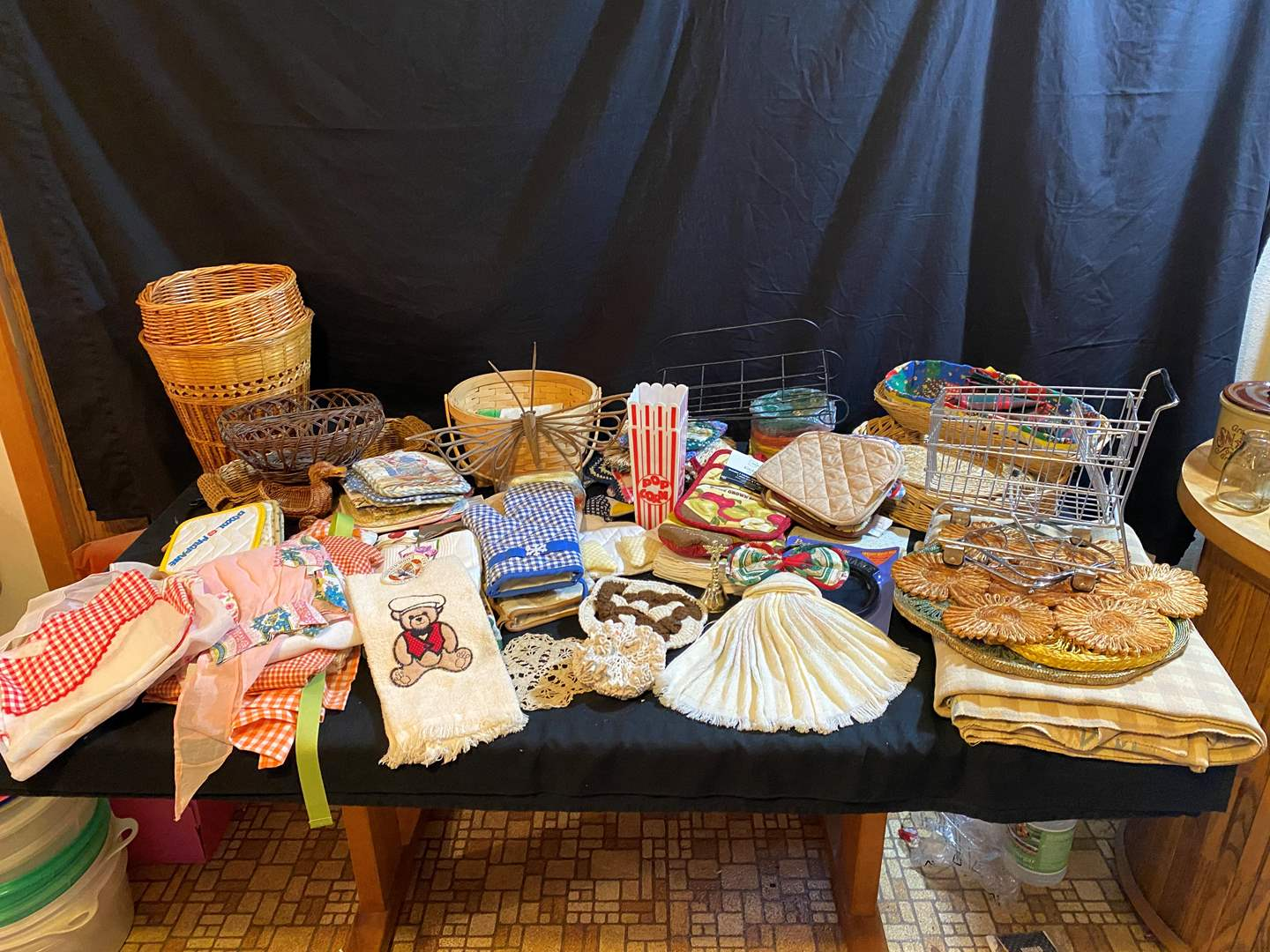 Lot # 170 - Selection of Hand Towels, Baskets & Misc. Decor (main image)