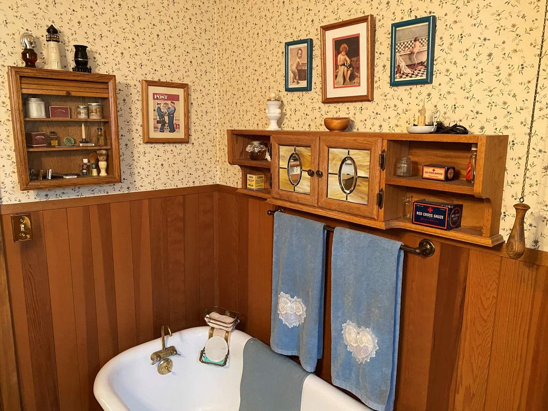 Lot # 186 - Vintage Bathroom Decor & Items (main image)