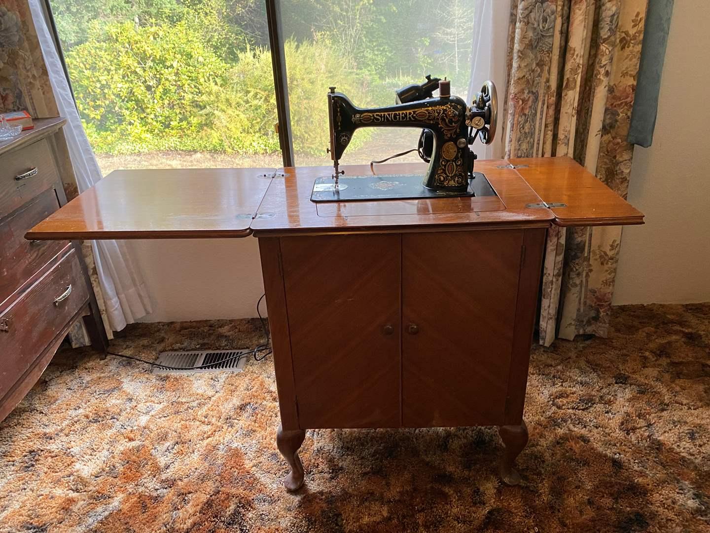 Lot # 194 - Vintage Singer Sewing Machine w/Cabinet - Model G2260517 (main image)