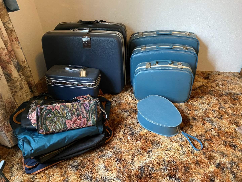 Lot # 196 - Vintage Samsonite Luggage & Other Misc. Bags (main image)