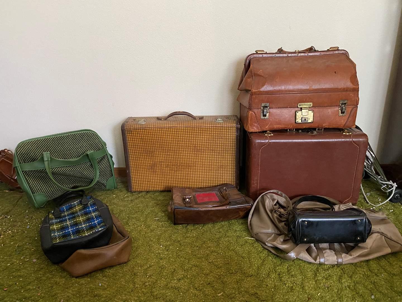 Lot # 235 - Vintage/Antique Doctor Bag, Vintage Luggage & Hand Bags (main image)