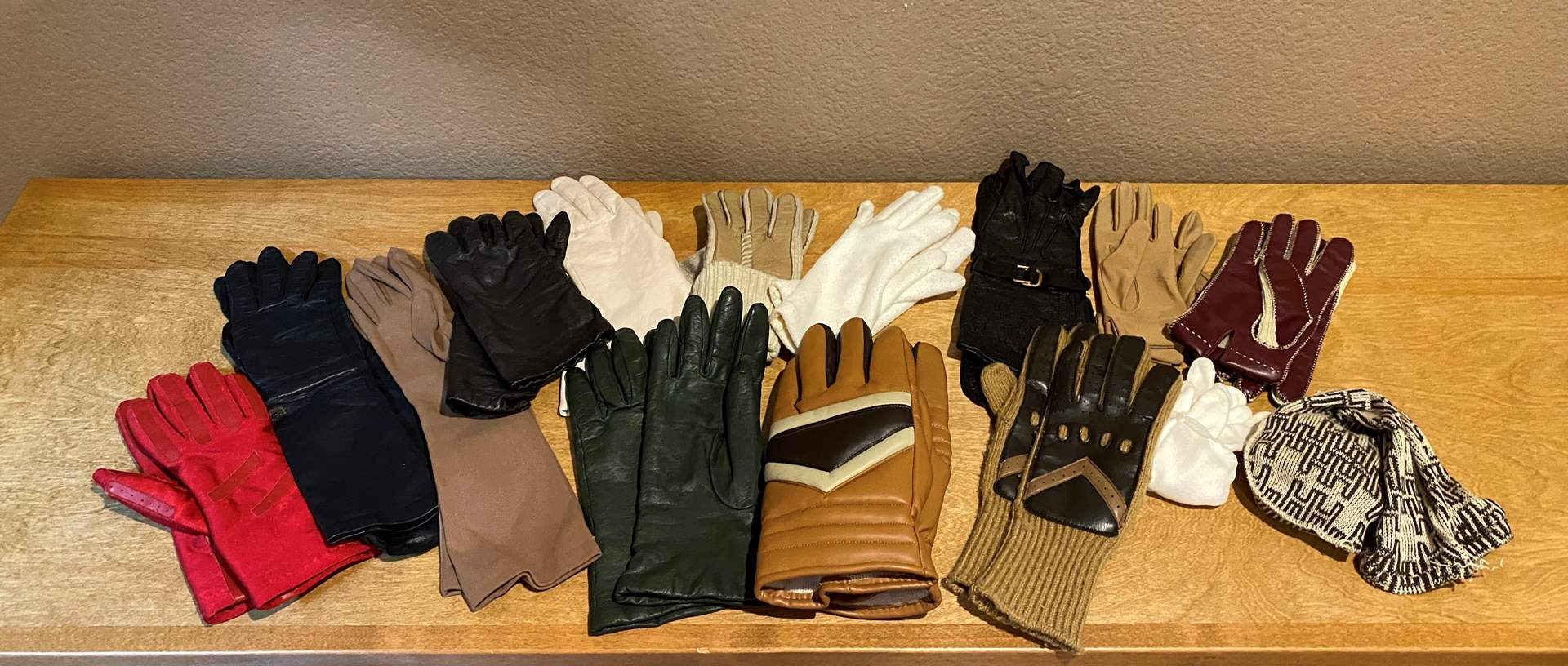 Lot # 173 Lot of Leather Gloves (main image)