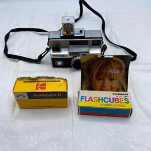 Lot # 13 Vintage Instamatic 804 Camera with Kodacolor II Film and Flashcubes