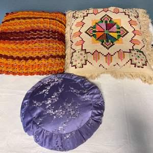 Lot # 116 Lot of Decorative Throw Pillows