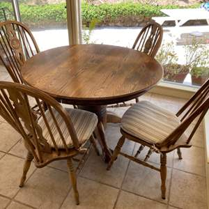 Lot # 109 Small Dining Room Set with Round Table
