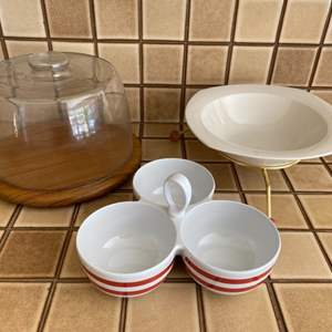 Lot # 164 Pair of Serving Bowls and Cake Stand