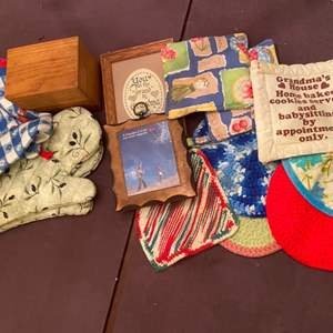 Lot # 269 Lot of Oven Mits, Recipes, and Wall Art