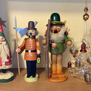 Lot # 274 Christmas Lot: Steinbach Figurines, House or Matten, and Parisevetro Italy Glass Blown Christmas Tree with Ornaments