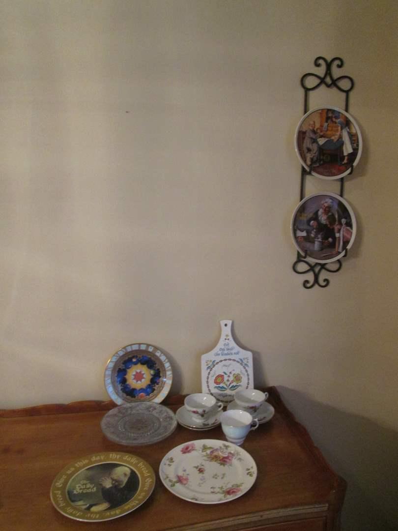 Lot # 106 - Decorative & Collector Plates (main image)