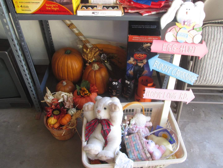 Lot # 139 - Miscellaneous Holiday Decor (main image)