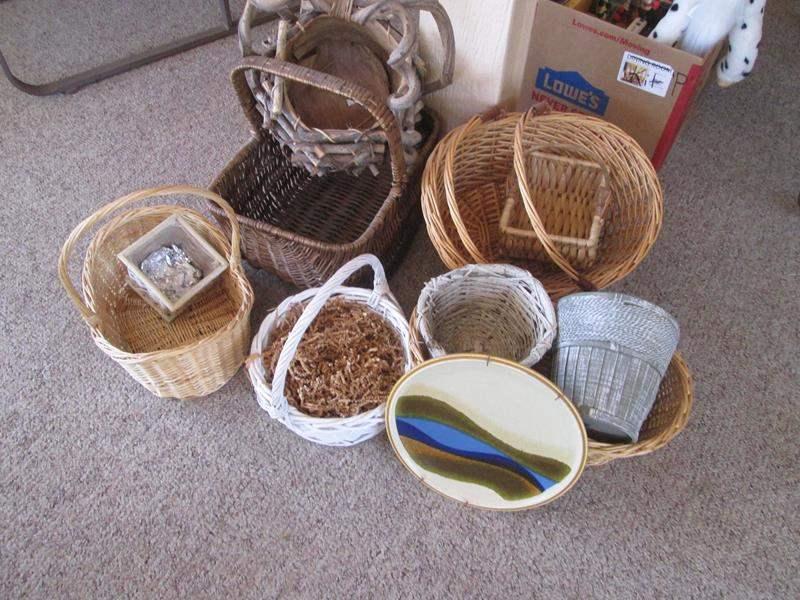Lot # 192 - 10 Baskets & Decorative Plate (main image)
