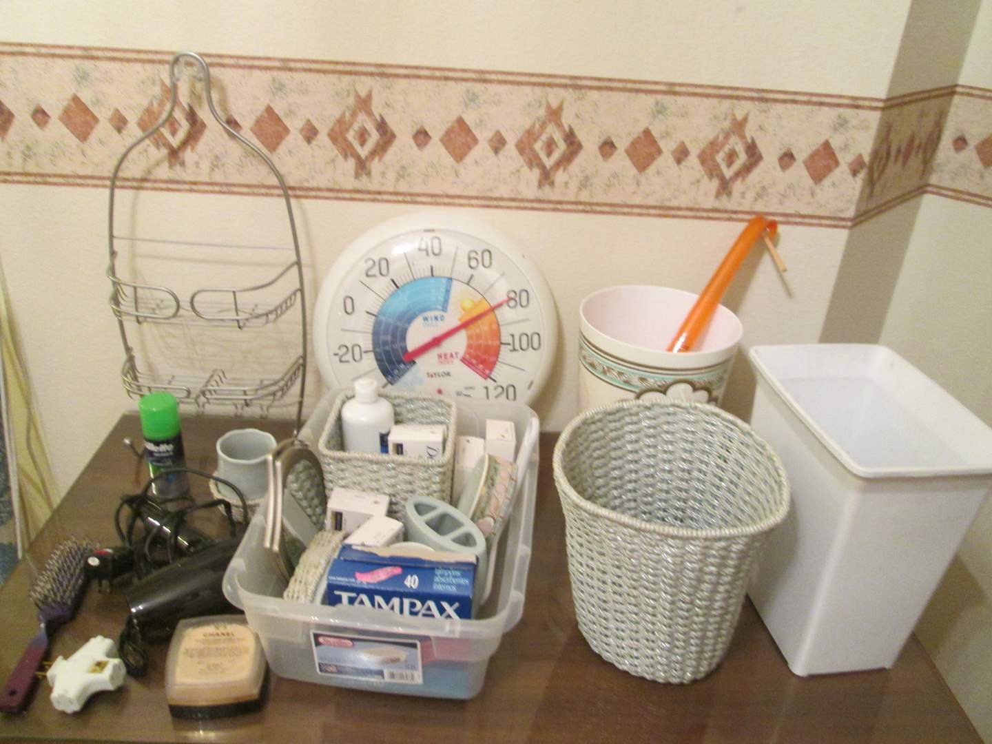 Lot # 271 - Miscellaneous Bathroom Items (main image)