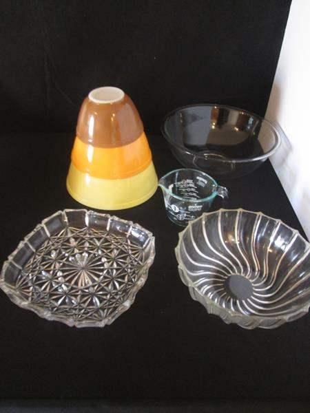 Lot # 24 - Vintage Pyrex + Miscellaneous Kitchen, 7 pieces (main image)