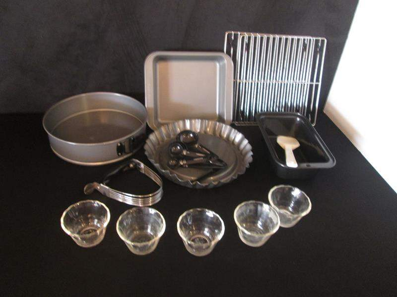 Lot # 27 - Bakeware, 14 pieces (main image)