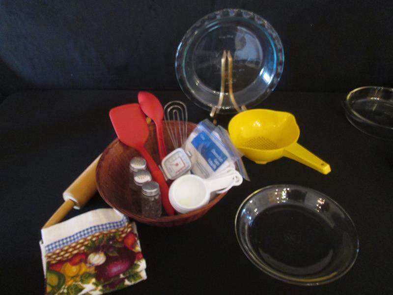 Lot # 31 - Bake & Cookware, 18 pieces (main image)