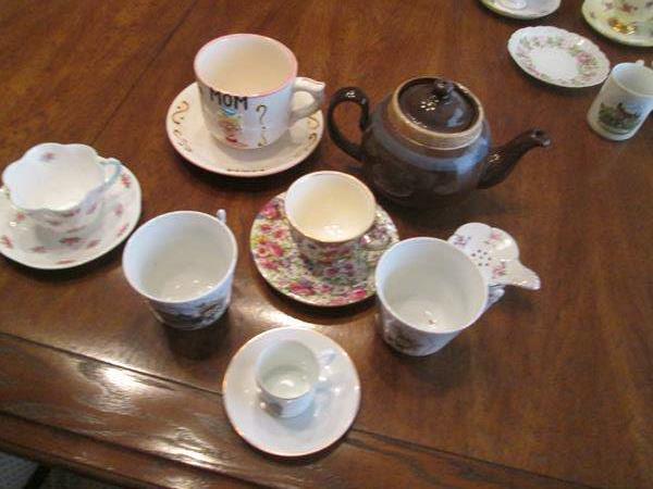 Lot # 178 - Collectible Cups/Saucers & Tea Pot, 12 pieces (main image)