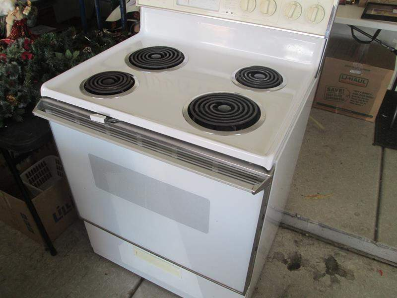 Lot # 122 - Whirlpool Electric Stove (Clean & Working) (main image)