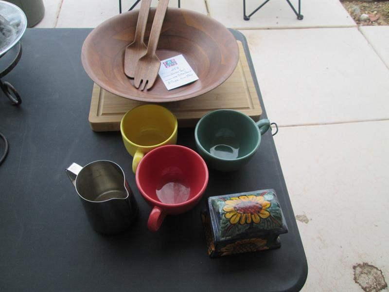 Lot # 254 - Salad Bowl Set, Cutting Board +++ (main image)