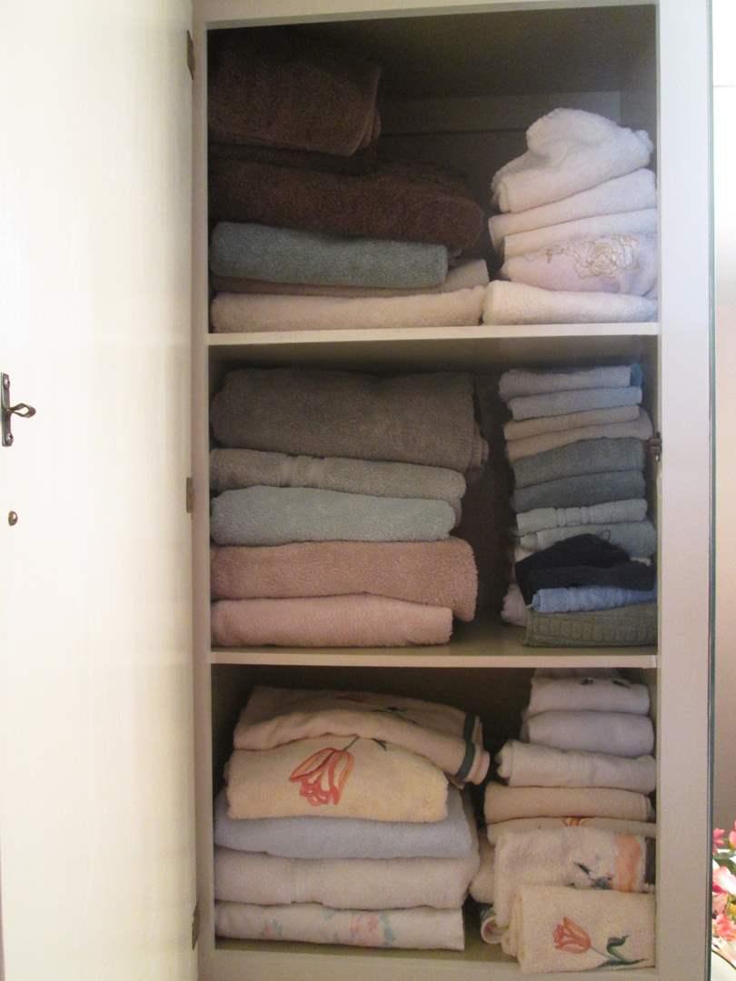 Lot # 15 - Variety of Bath Towels (main image)